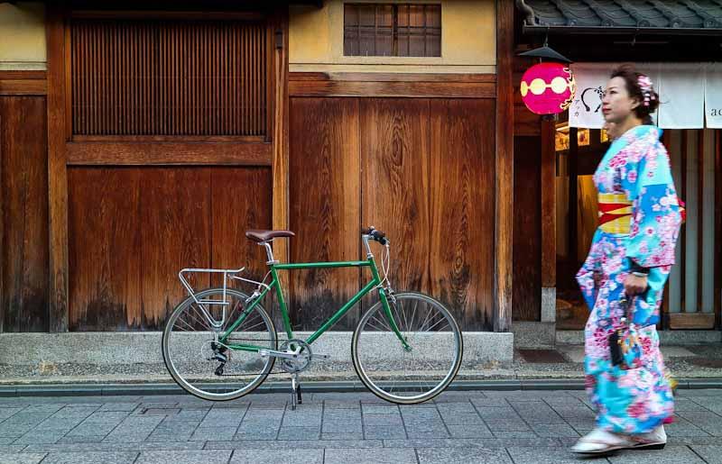 ย่านกิอง ที่เกียวโต จะมีสาวๆใส่ยูกาตะมาเดินเล่