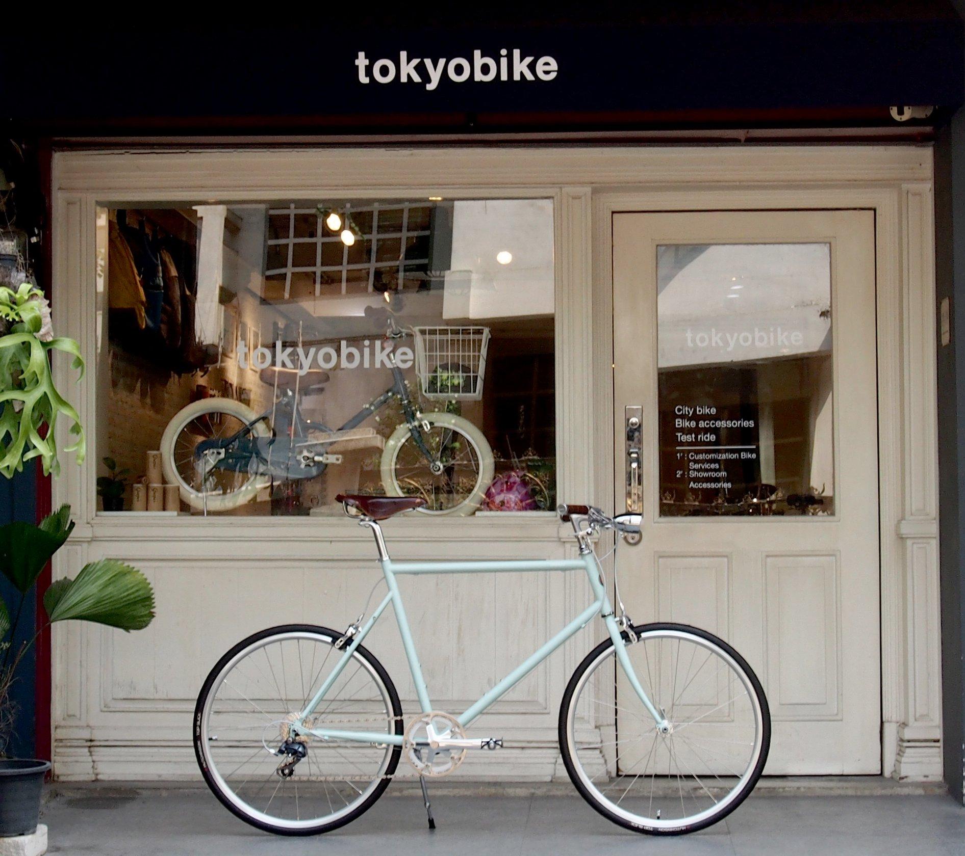จักรยาน โตเกียวไบค์ tokyobike plus แต่งเบาะหนัง brooks สีน้ำตาล ตัดกับเฟรมสี mint และติดไฟหน้าจักรยานวินเทจ ที่คอด้านหน้า