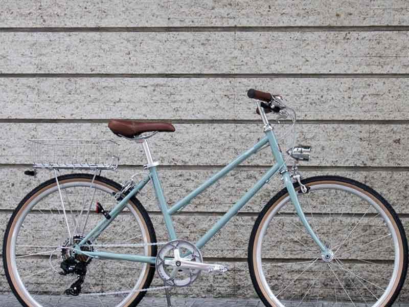 tokyobike plus bisou in blue jade with ตะกร้าหลังทำขึ้นพิเศษ และ ไฟจักรยาน วินเทจ